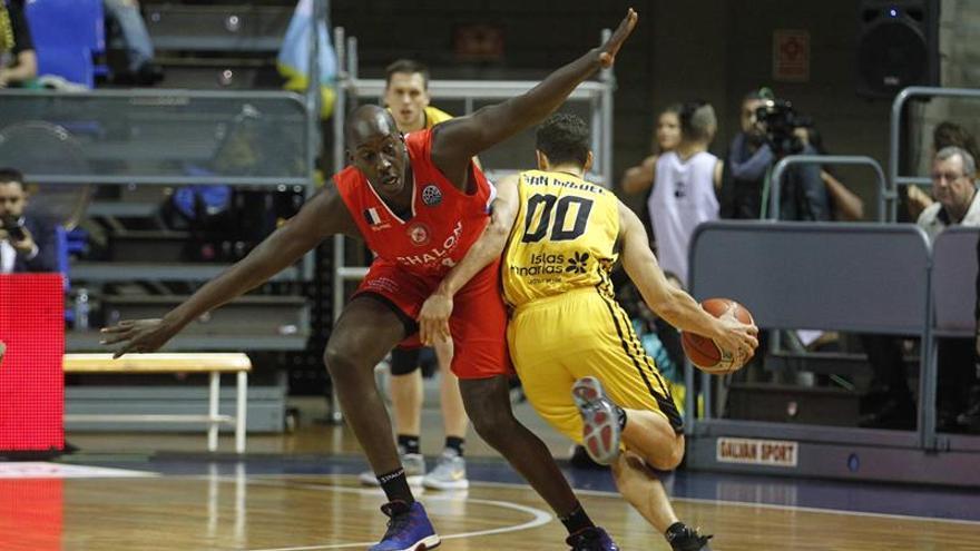 El base del Iberostar Tenerife Rodrigo San Miguel intenta superar al ala pivot del Elan Chalon Ousmane Camara en partido de la Liga de Campeones de Baloncesto. (EFE/Cristóbal García)