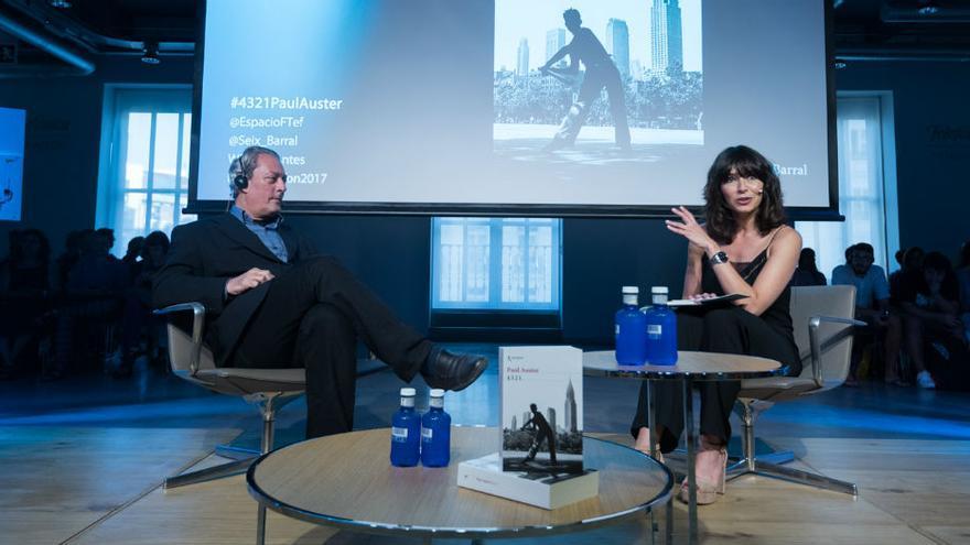 Paul Auster con la periodista Marta Fernández durante la presentación de '4321'. Fundación Telefónica.