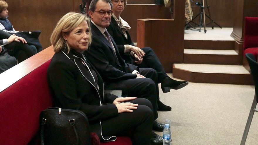 Joana Ortega, junto a Artur Mas e Irene Rigau durante el juicio del 9-N