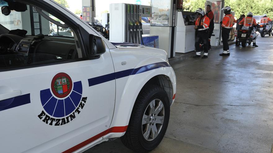 Una patrulla de Tráfico de la Ertzaintza, en una gasolinera