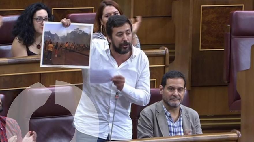 Antonio Gómez-Reino muestra una imagen de los incendios de Galicia en el Congreso