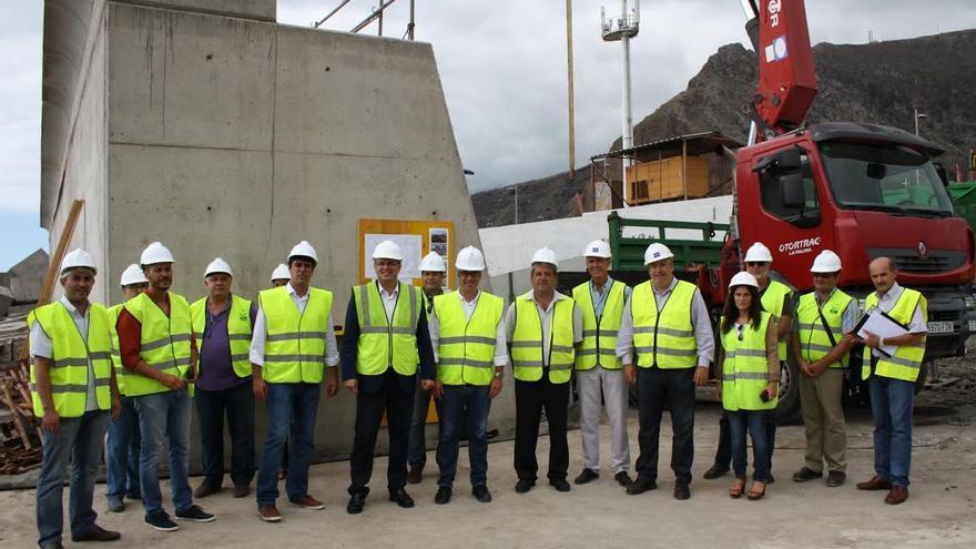 El presidente del Cabildo y alcalde de la capital, junto con otras autoridades y técnicos, han visitado este martes la obra de la futura estación de bombeo.