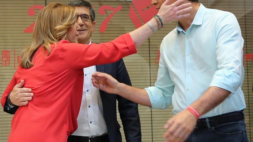 Susana Díaz saluda a Pedro Sánchez, con Patxi López de fondo