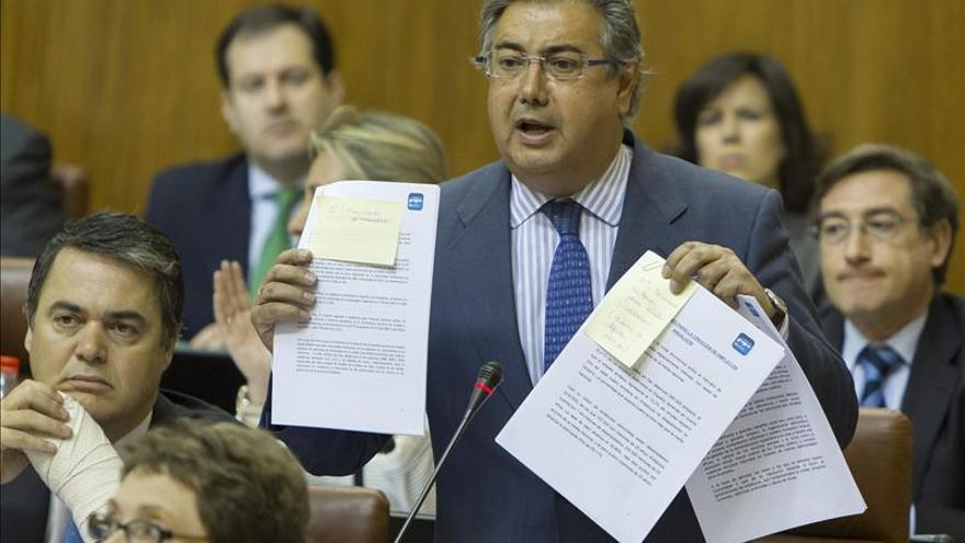 Zoido abre una investigación interna sobre una foto de policías exhibiendo multas