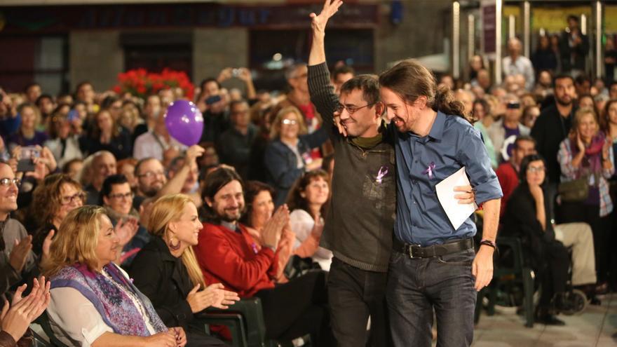Monedero y Pablo Iglesias abrazados en Gran Canaria (ALEJANDRO RAMOS)
