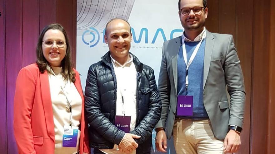 Laura Paz y Jordi Pérez Camacho con el ganador.