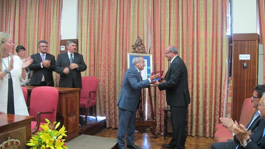 El presidente de Cabildo, Anselmo Pestana, entregando de la Medalla de La Palma a Emilio Lora-Tamayo, presidente del CSIC.