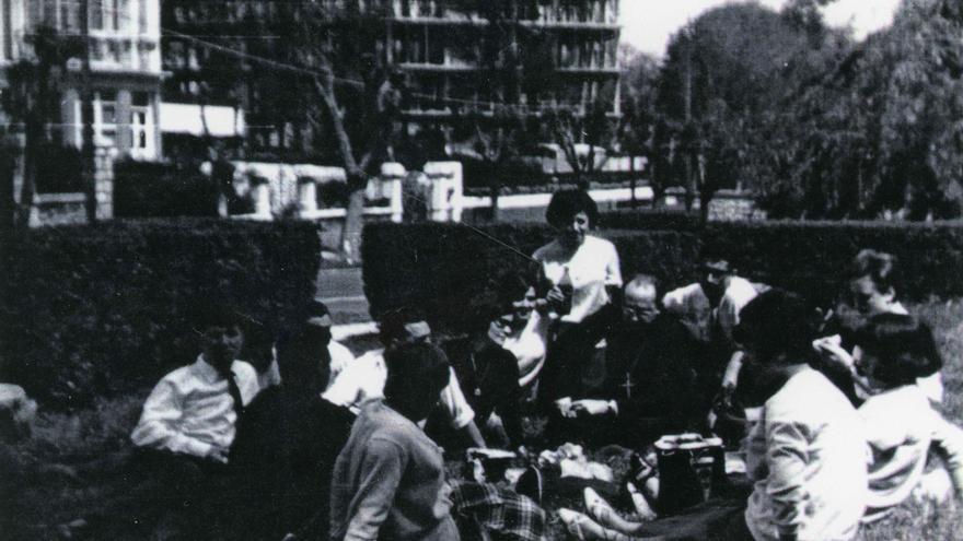 El obispo Vicente Puchol en Los Pinares de El Sardinero el 1º de mayo de 1966 junto a militantes de la HOAC. | DESMEMORIADOS