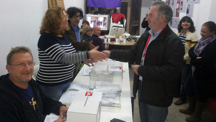 Jesús Monleón, cabeza de lista de Unitat Popular, votando en las primarias