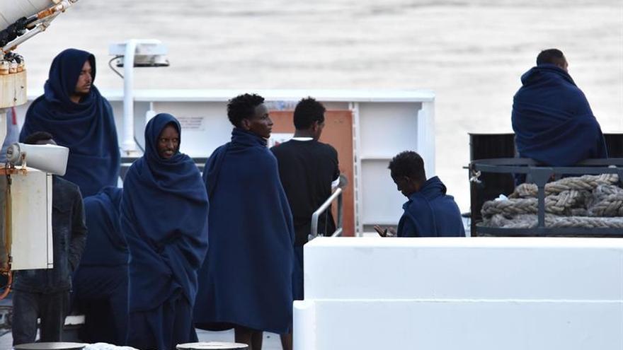 """El barco de la ONG alemana """"Sea Watch"""" espera puerto en aguas italianas"""