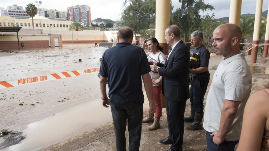 El alcalde de Las Palmas de Gran Canaria visita los deperfectos en el colegio Europa en Jinámar