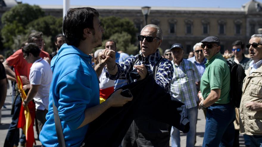 Momento en el que un periodista es agredido por uno de los manifestantes. / GTRES