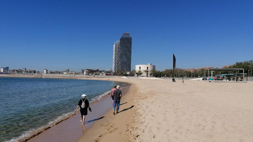 Gemma y Francesc eran casi los únicos jubilados que paseaban por la playa del Bogatell