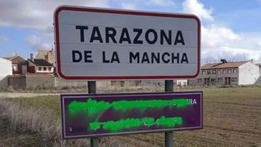 """Vandalizan la """"señal de tráfico"""" contra la violencia machista que Tarazona de la Mancha (Albacete) instaló hace un mes"""