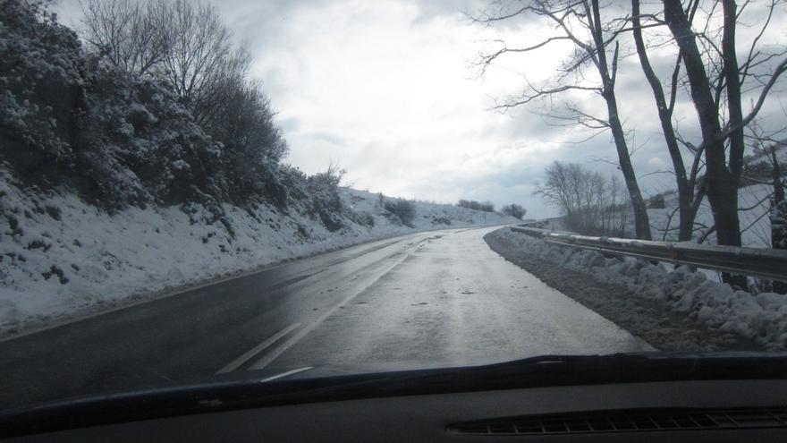 La nieve obliga al uso de cadenas en Opakua, que se encuentra cerrado para camiones