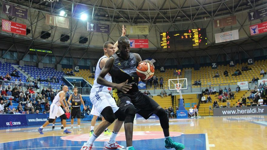 Niang Petit en el partido entre el Canarias y la Cibona de Zagreb