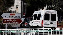 La furgoneta de la empresa que se encargará de la exhumación del dictador