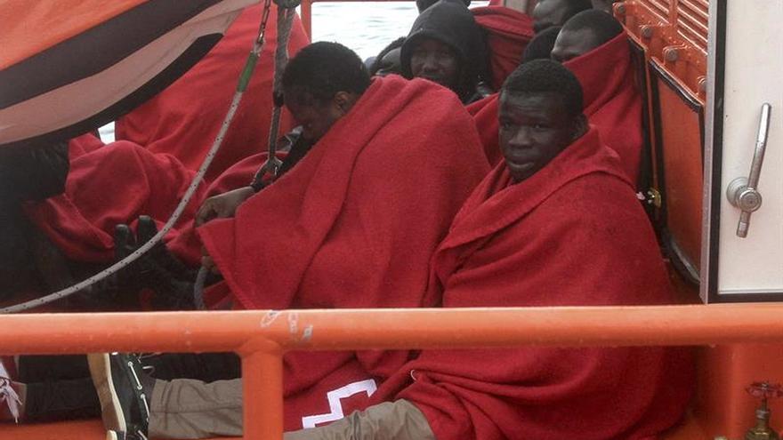 Rescatados los once tripulantes de una patera en Tarifa