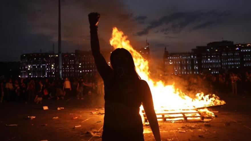 Un grupo de mujeres enciende fuego este domingo durante las marchas contra la violencia de género, en medio de la conmemoración del Día Internacional de la Mujer, en Ciudad de México (México). México registró más de 1.000 feminicidios -asesinatos por razón de género- durante 2019, según los datos oficiales. En general, en el país 10 mujeres son asesinadas al día, una cifra que aumenta año con año.