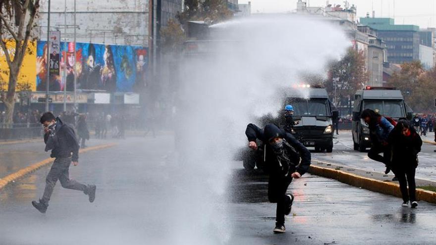 Estudiantes y policía se enfrentan en Chile tras una fallida marcha de protesta