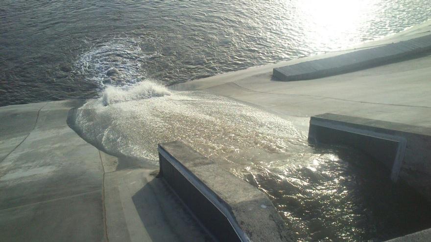 En la imagen, agua de aumentos procedentes de La Caldera de Taburiente entrando el pasado sábado en la balsa de Dos Pinos.