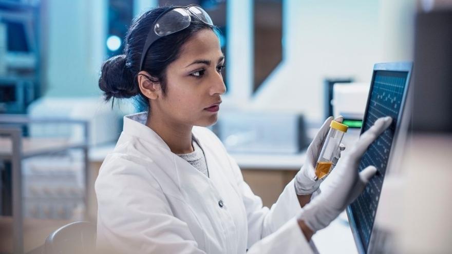 Una investigadora farmacéutica en una imagen de archivo.