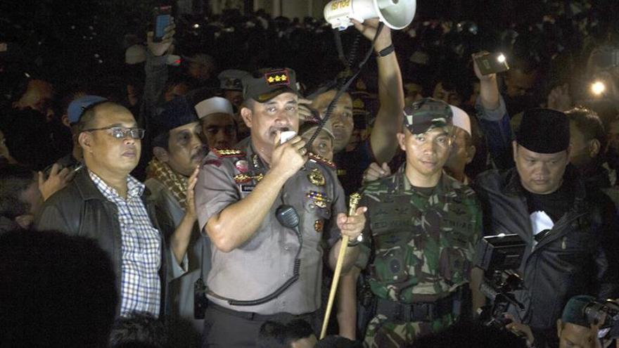 La policía dispersa con tiros, gases y agua una protesta anticomunista en Yakarta