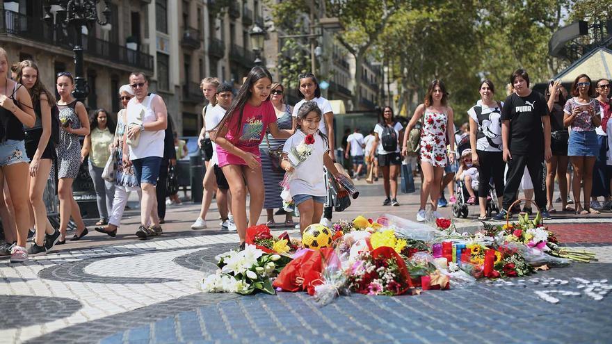 Ciudadanos espontáneos han vuelto a dejar este jueves flores sobre el mural de Miró de la Rambla