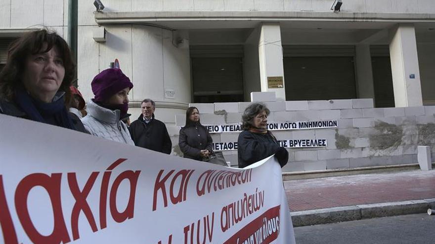 Imagen de archivo: personal sanitario se concentra delante de un muro levantado para bloquear el acceso al Ministerio de Sanidad durante una protesta simbólica contra las medidas de austeridad en Atenas (Grecia).