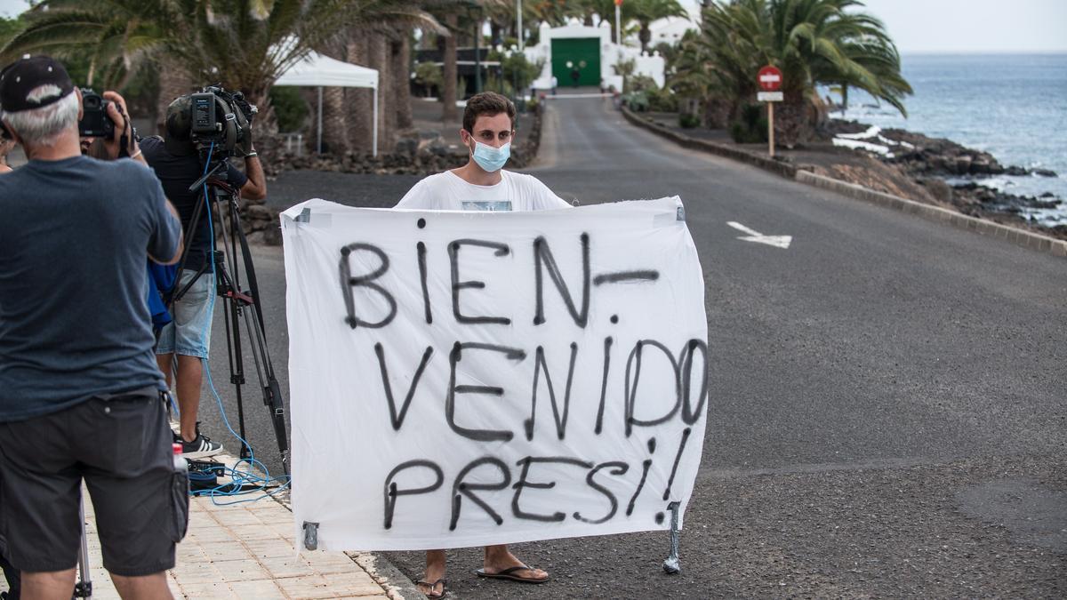 Turistas y curiosos esperando la llegada del presidente del Gobierno, Pedro Sánchez, a la residencia de La Mareta en la localidad de Costa Teguise en Lanzarote, el año pasado. EFE/ Javier Fuentes