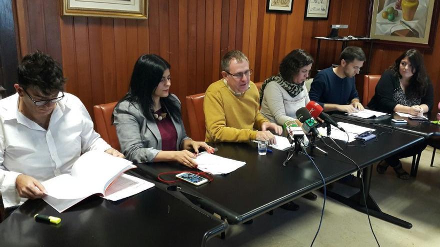 Mila Hormiga (segunda por la izquierda), junto al resto de sus compañeros en el Cabildo de Tenerife