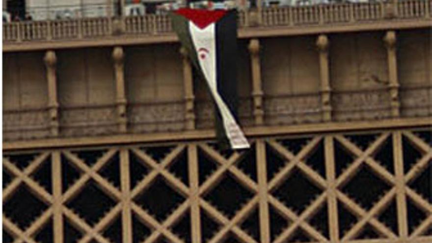 Despliegan la bandera saharaui desde la torre Eiffel