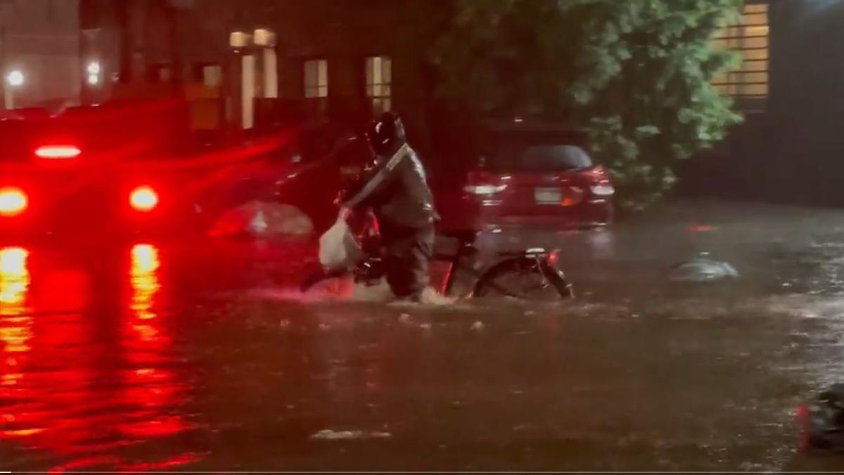 Un repartidor de comida a domicilio trabajando durante las inundaciones en Nueva York.