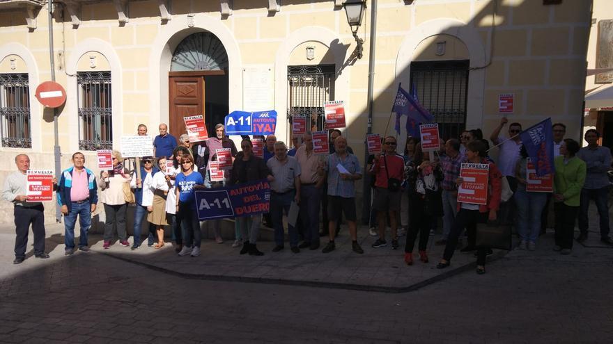 Manifestantes en Peñafiel (Valladolid) en el parón de este viernes.