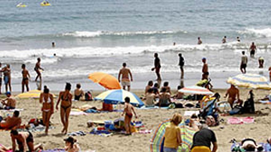Turistas en Playa del Inglés. (CANARIAS AHORA)