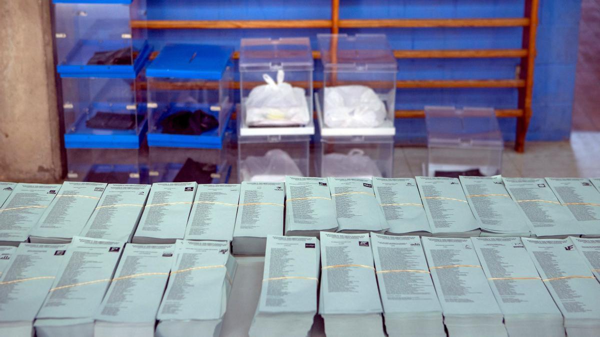 Papeletas y urnas preparadas para su traslado a colegios electorales en el almacén de Barcelona.