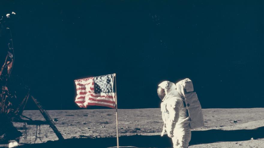 Buzz Aldrin posa junto a la bandera, 20 de julio de 1969