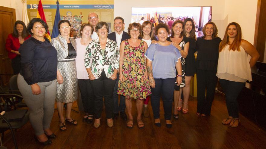 Las galardonadas junto a las autoridades regionales e insulares.