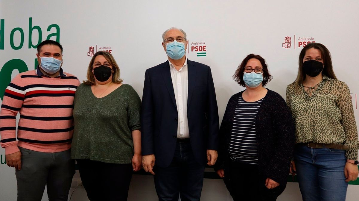 Durán (centro), con representantes de las madres del colegio Quercus y del PSOE de Cardeña.