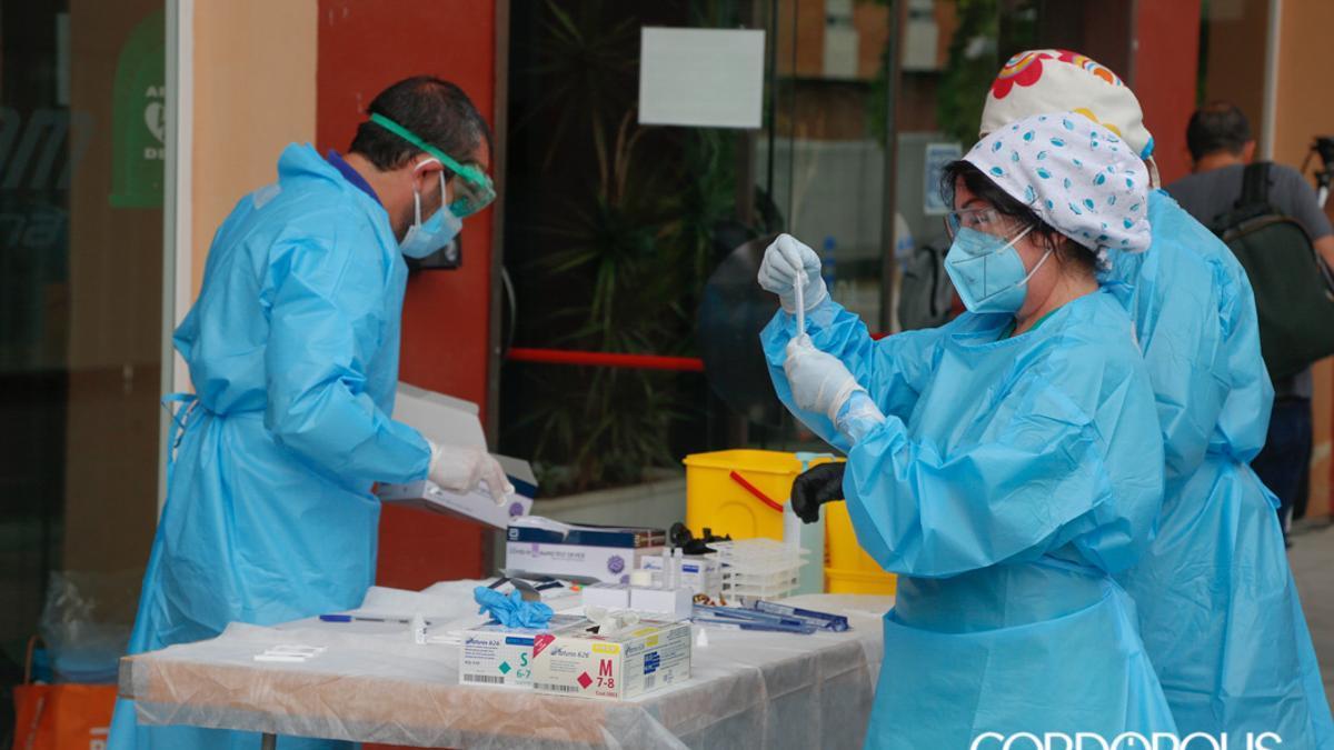 Sanitarios realizan pruebas de Covid en Lucena.