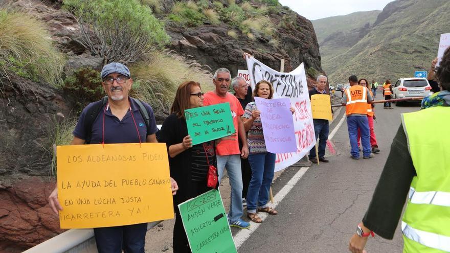 Protesta de vecinos de La Aldea. (ALEJANDRO RAMOS)