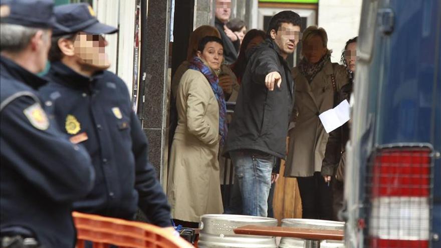 La abogada Jone Goirizelaia, durante la investigación de la Policía Nacional en el lugar de los hechos
