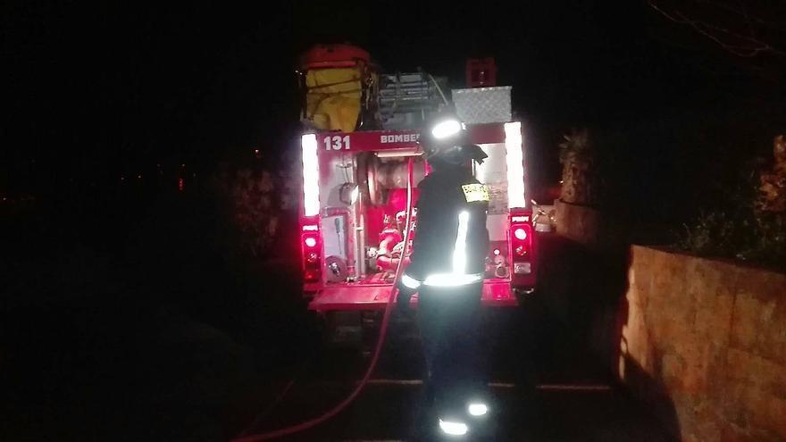 Intervinieron seis bomberos del parque de Los Sauces con dos vehículos autobomba. Foto: BOMBEROS LA PALMA.