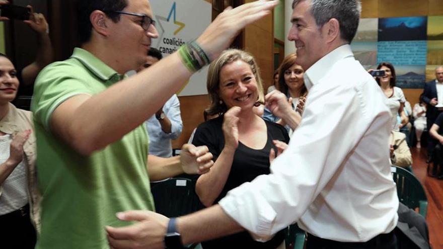 El vicepresidente del Gobierno de Canarias, Pablo Rodríguez (i), felicita al presidente, Fernando Clavijo, ante la diputada de Coalición Canaria Ana Oramas, tras haber ser elegido por mayoría candidato a la Presidencia del Gobierno