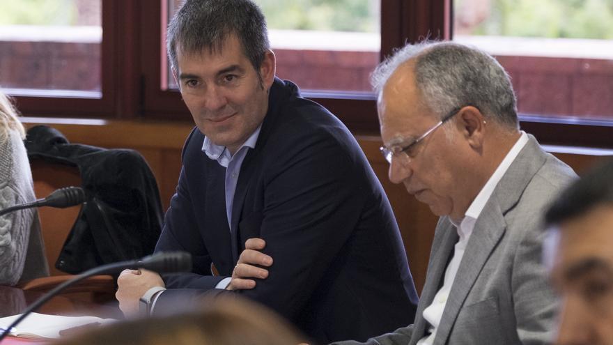 Los presidentes del Cabildo de Gran Canaria y del Cabildo de La Gomera, Fernando Clavijo (i) y Casimiro Curbelo, respectivamente,