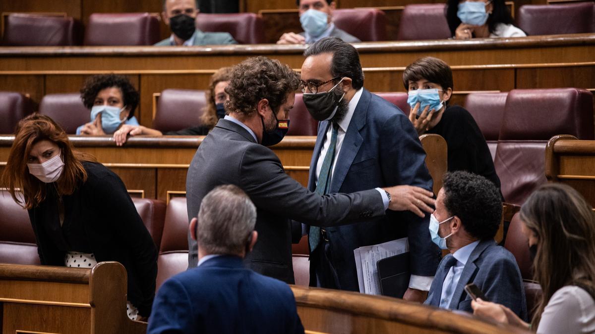Iván Espinosa de los Monteros hace sentar al diputado de Vox Jose María Sánchez García tras ser llamado la atención por insultar a una diputada del PSOE en el Congreso