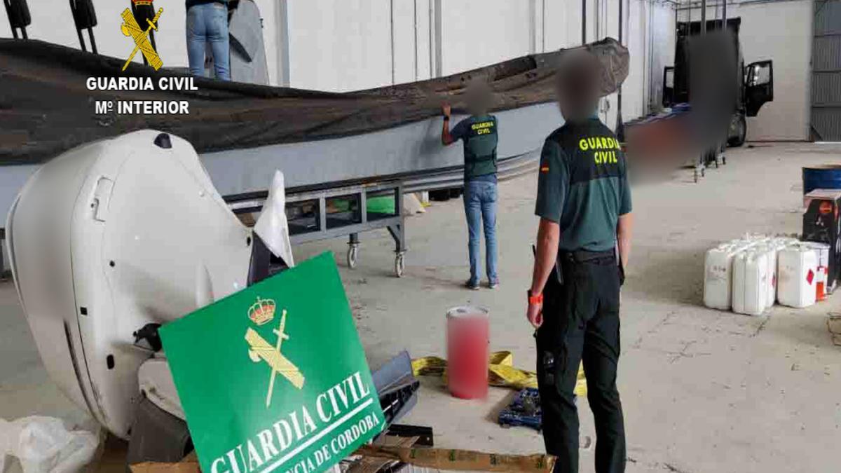 Los agentes, en una de las lanchas halladas en Lucena