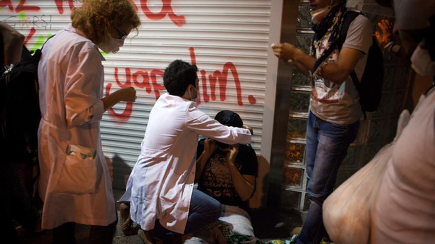 Médicos atendiendo heridos tras la represión policial contra manifestantes en Estambul, junio de 2013 Copyright: Serra Akcan / NarPhotos