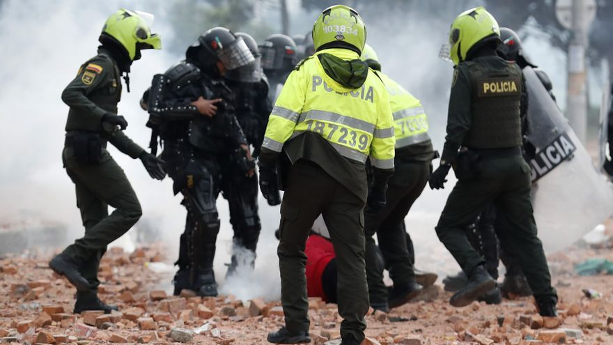 Policías y civiles agreden a fotógrafos en las protestas en Colombia