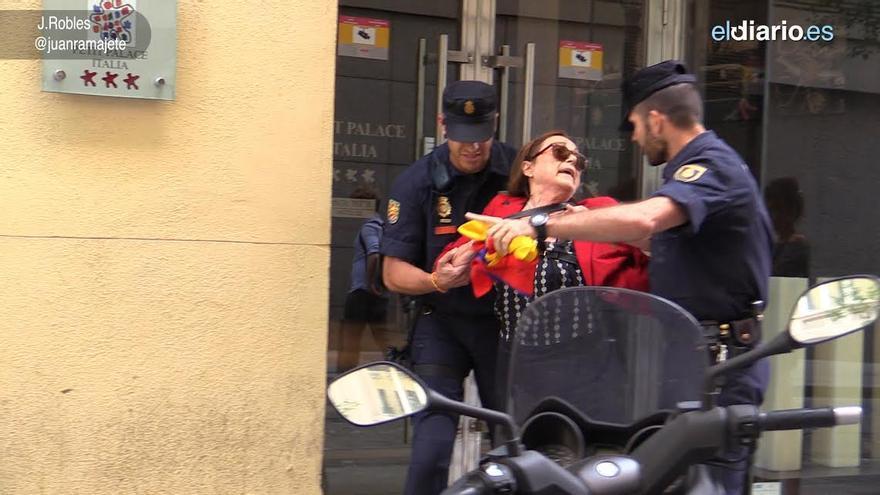 Una mujer detenida en Gran Vía; el policía lleva en la mano su bandera republicana  / J.R. Robles